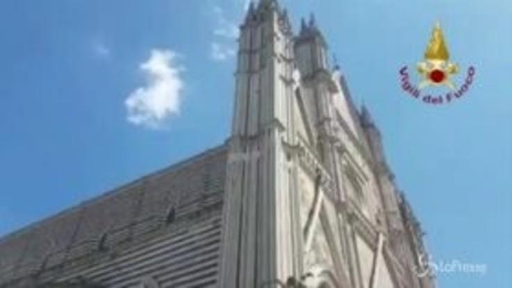 Cadono frammenti del Duomo di Orvieto: le immagini con il drone dei Vigili del Fuoco
