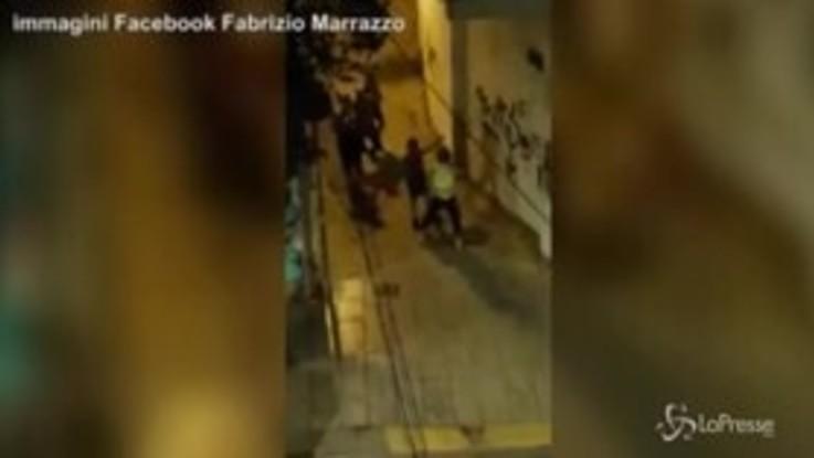 Aggrediti due ragazzi gay a Valencia: le immagini del pestaggio
