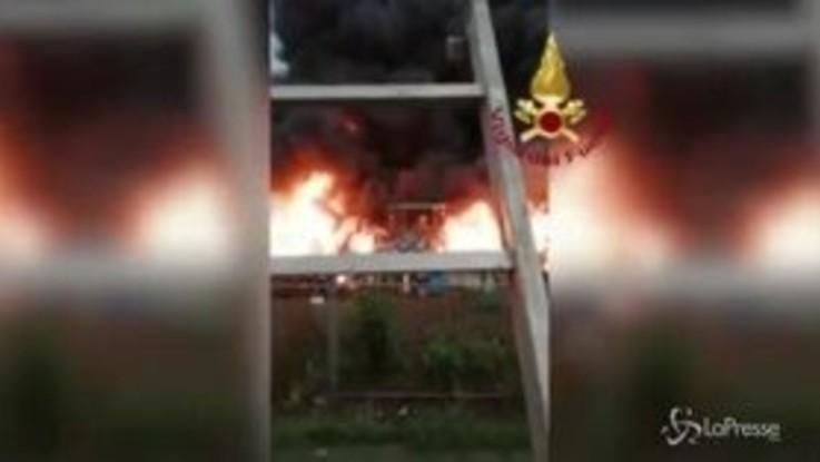 Incendio in un capannone di rifiuti nel Biellese