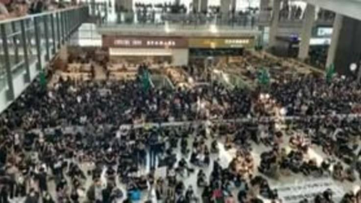 Sit-in di protesta nell'aeroporto di Hong Kong: voli annullati