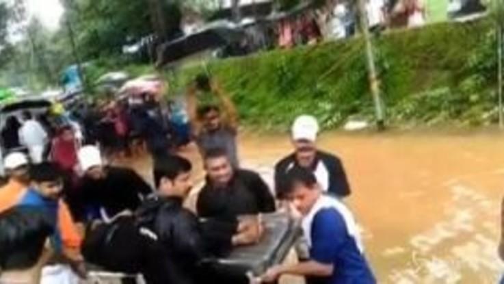 India devastata dai monsoni: quasi 200 morti e un milione di sfollati