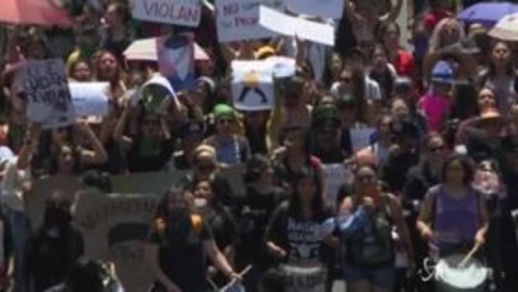 300 donne scendono in piazza contro la polizia messicana per due presunti casi di stupro