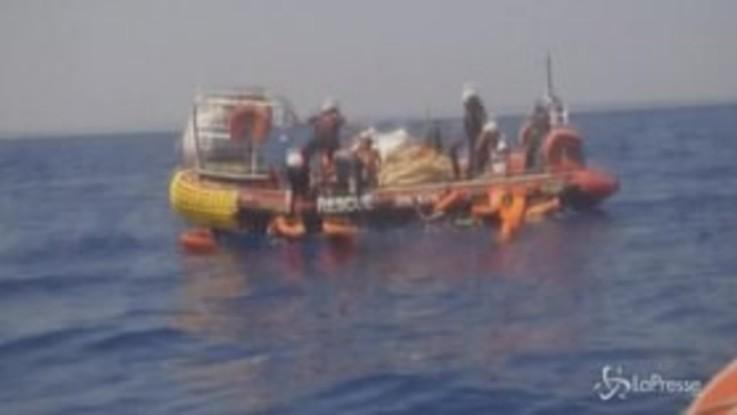 Ocean Viking, le immagini del salvataggio di 105 migranti