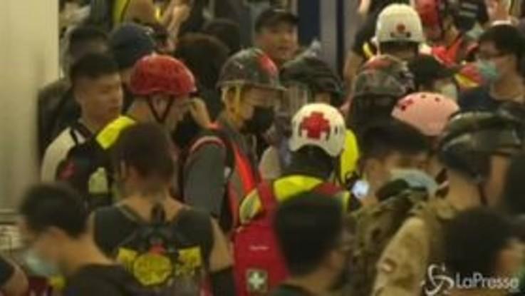 Hong Kong, un uomo viene portato via in barella dagli operatori sanitari