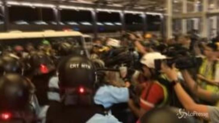 Barricate, blindati, arresti e feriti nel decimo weekend di proteste a Hong Kong