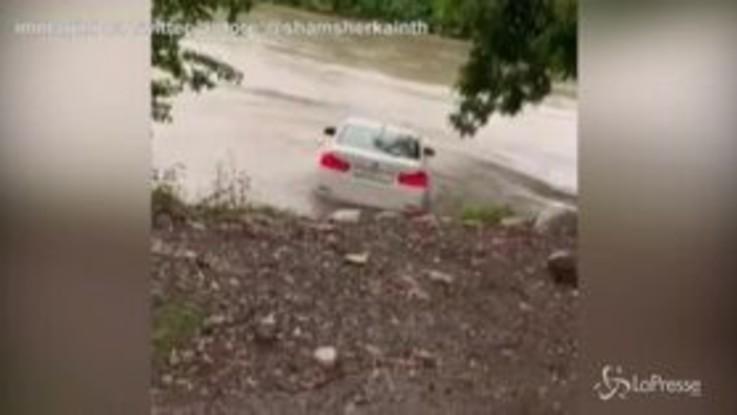 Gli regalano una Bmw, lui voleva una Jaguar: getta l'auto nel fiume