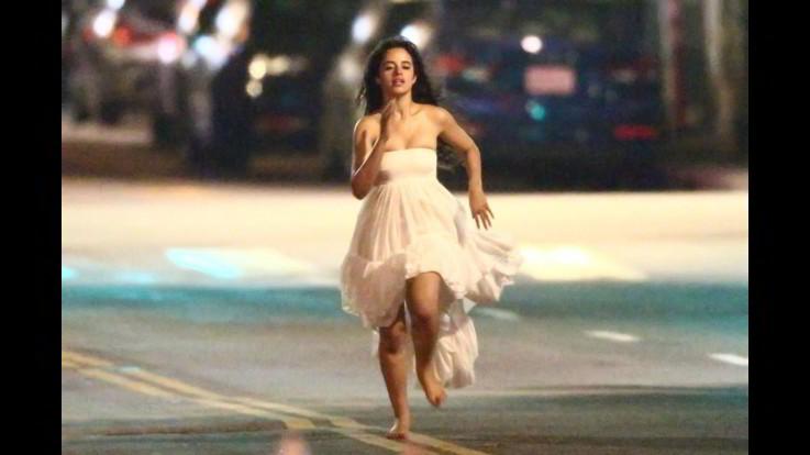 Camila Cabello corre a piedi nudi a Los Angeles mentre gira un nuovo video musicale