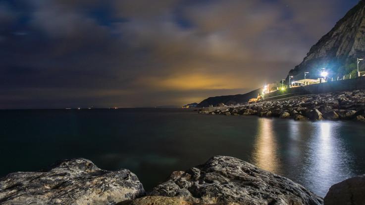 Sul mare cobalto della Liguria, la lunga spiaggia di Deiva Marina