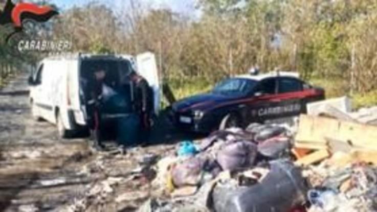 Terra dei fuochi, sorvolano i terreni e scoprono incendi di rifiuti: 32 denunce