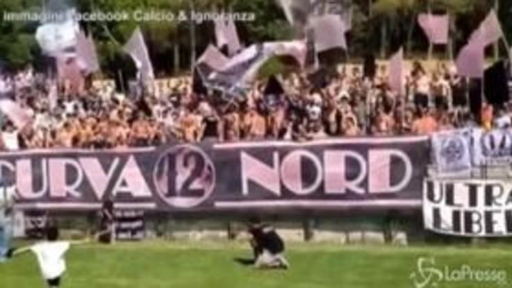 """Il coro dei tifosi del Palermo sulle note di """"Ostia lido"""" di J-Ax: """"Cosa importa se ora sei fallito"""""""