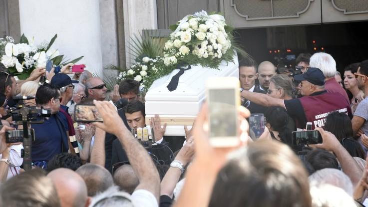 Lacrime e applausi: l'ultimo saluto a Nadia Toffa
