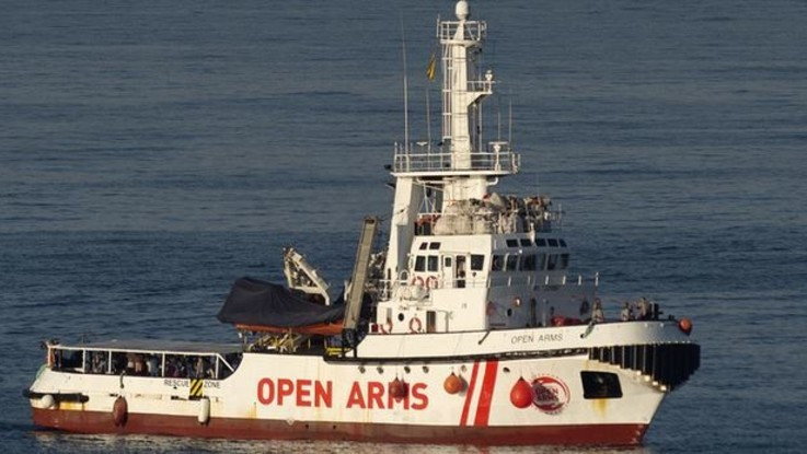 Open Arms, sbarcati 9 migranti per motivi di salute
