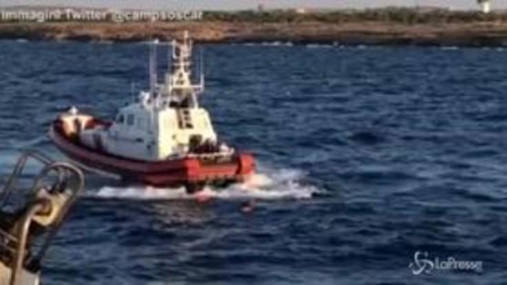 Open Arms: migranti si gettano in mare per raggiungere la costa
