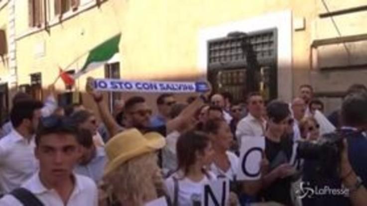 """Conte si dirige in Senato, i manifestanti pro-Lega gli gridano """"buffone"""""""