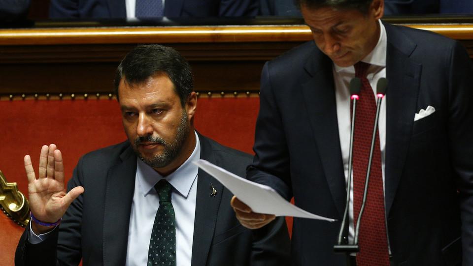 Matteo Salvini fa segni ai suoi durante l'intervento di Giuseppe Conte ©