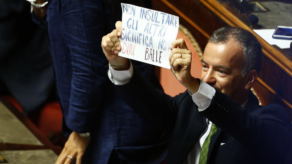 Cartello di protesta contro Matteo Salvini sui banchi del Pd: