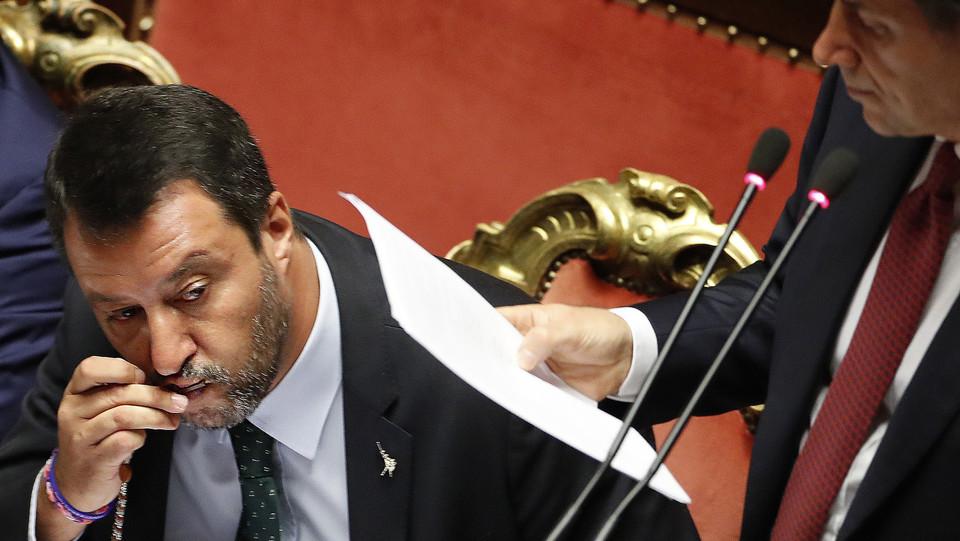 Matteo Salvini bacia il rosario dopo il rimprovero di Giuseppe Conte ©