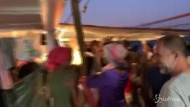 Open Arms, la festa a bordo dopo la notizia dello sbarco