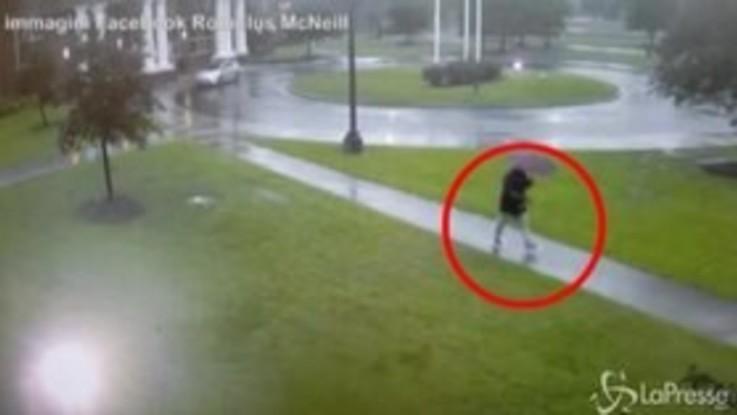 Maltempo, il momento esatto in cui un uomo viene colpito da un fulmine