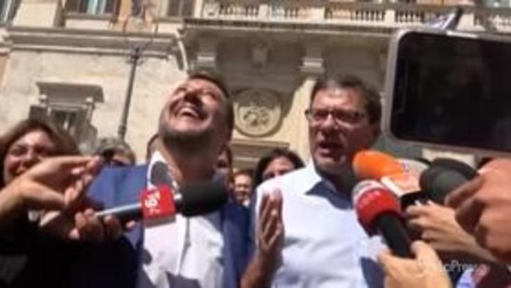 Salvini in piazza con Giorgetti, siparietto davanti ai giornalisti: