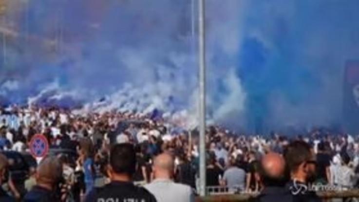 Fumogeni, cori e saluti romani: tensione con la polizia ai funerali di Diabolik