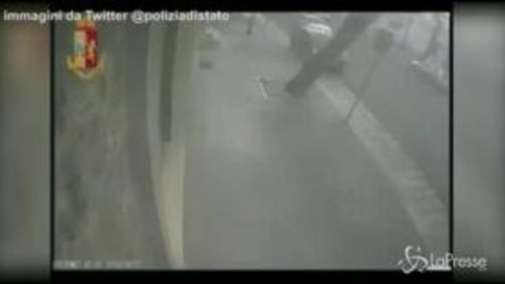 Bari, le immagini del rapinatore con l'ombrello