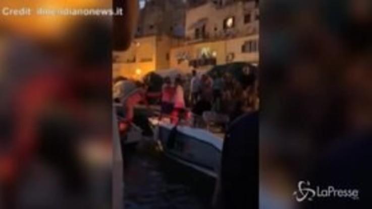 Botte al porto di Procida: maxi rissa con uomini e donne