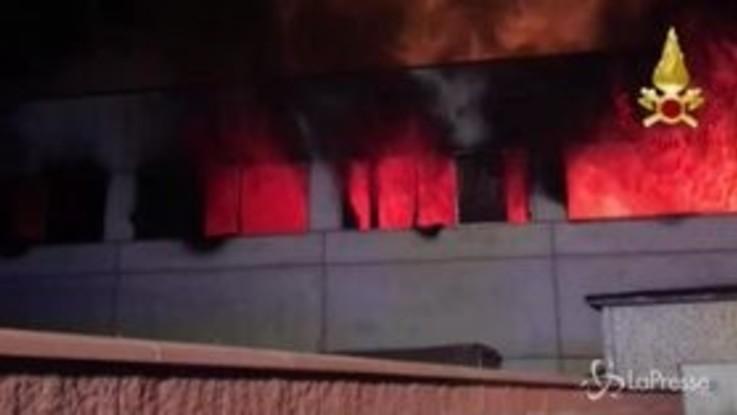 Maxi incendio in un capannone di rifiuti a Codogno