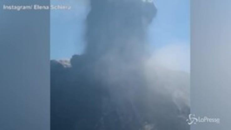 Stromboli, la barca in fuga dalla nube nera