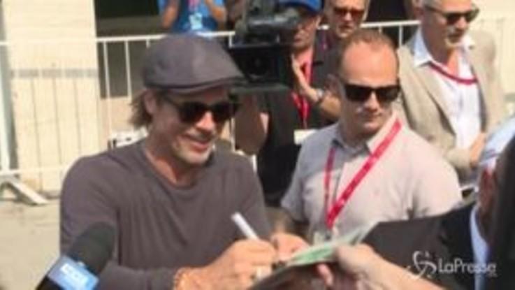 A Venezia fan in delirio per Brad Pitt