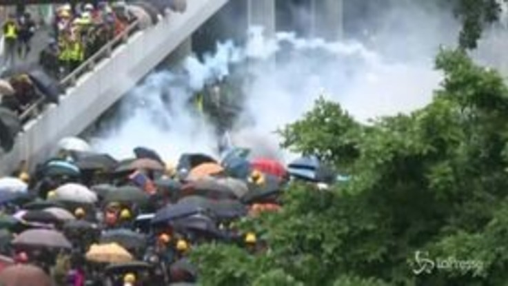 Ancora lacrimogeni contro i manifestanti a Hong Kong