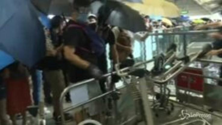 Hong Kong, i manifestanti pro democrazia si radunano all'aeroporto