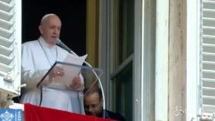 """Il Papa bloccato in ascensore per 25 minuti: """"Un applauso ai vigili del fuoco"""""""