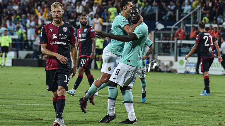Serie A, l'Inter vince 2-1 a Cagliari ed è prima con Juve e Toro