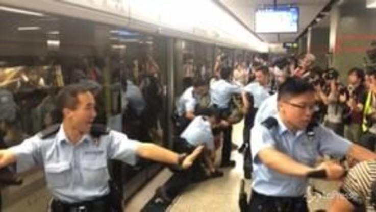 Hong Kong, i manifestanti tentano di interrompere il servizio della metro
