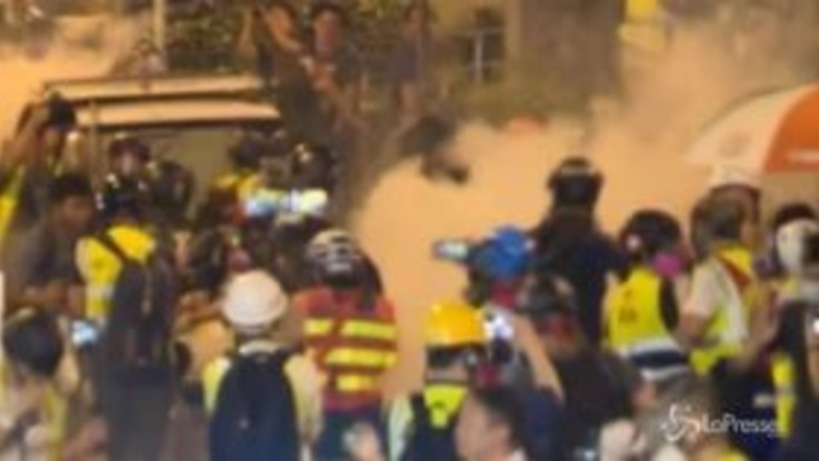 Hong Kong, polizia lancia lacrimogeni contro i giornalisti