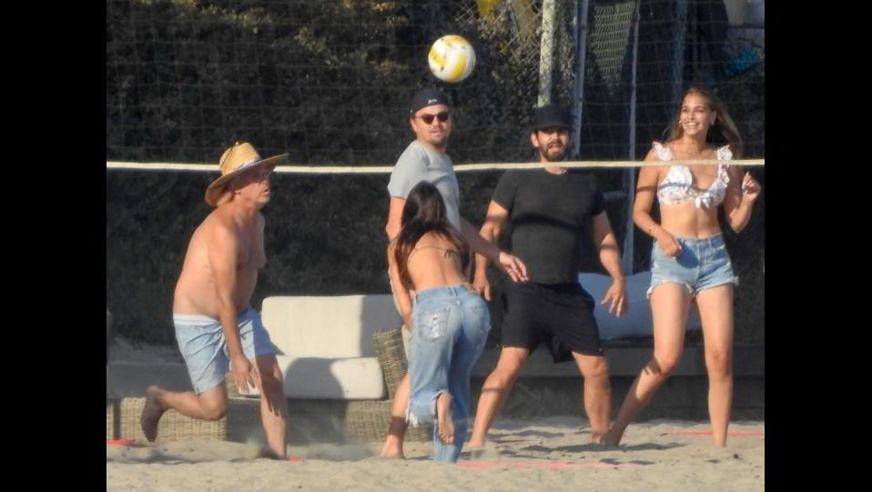 Partita a beach volley con Camila Marrone, Leonardo Di Caprio e amici ©
