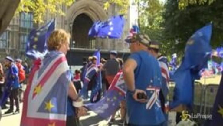 Gran Bretagna, fuori da Westminster manifestanti pro e anti Brexit