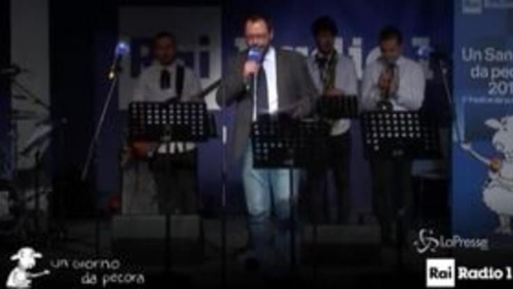 """Conte bis, quando il ministro Patuanelli cantava """"Gloria"""" al 'Sanremo da pecora'"""
