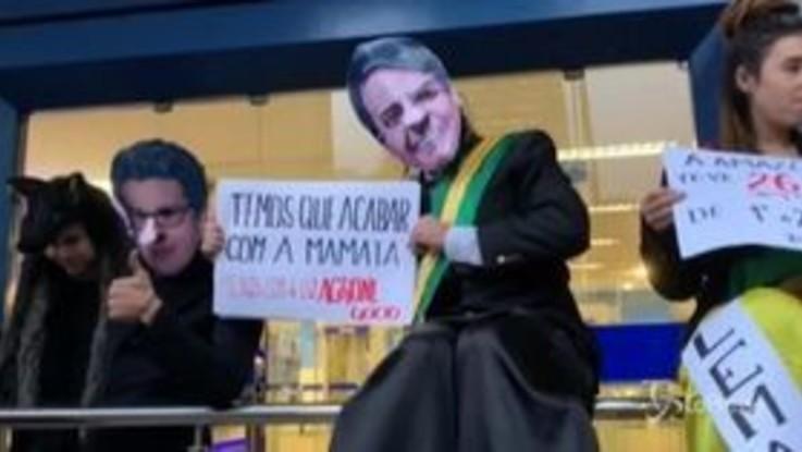 Brasile: manifestanti in piazza a Rio per difendere la foresta amazzonica