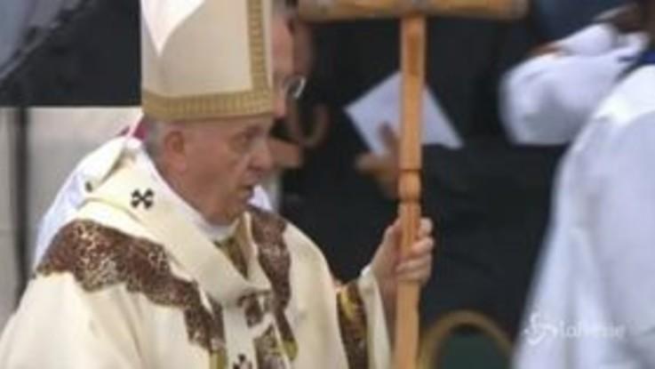 Il Papa saluta il Mozambico con una messa sotto la pioggia, la festa però non è rovinata