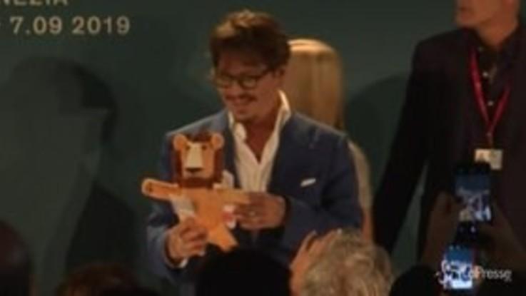 Johnny Depp al Festival di Venezia tra selfie e sorrisi con i fan