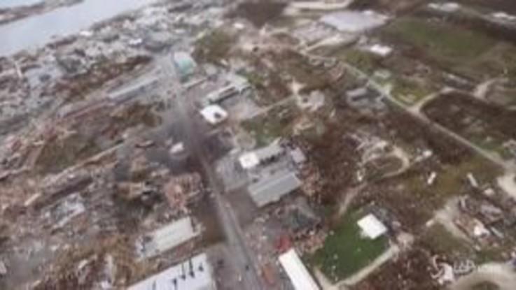 La devastazione alle Bahamas, la Reale Marina distribuisce aiuti