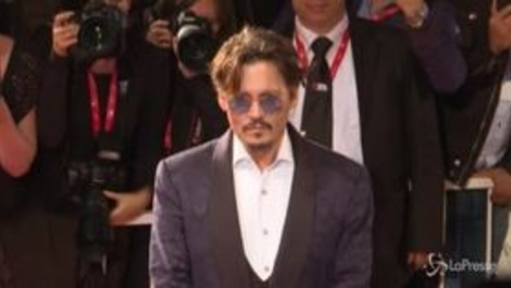 Festival Venezia: Johnny Depp sul red carpet, fan in delirio
