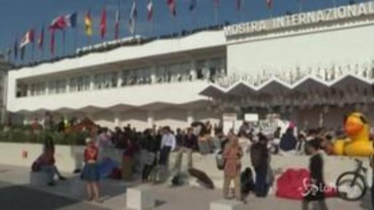 Festival Venezia, gli attivisti occupano il red carpet per dire no alle grandi navi
