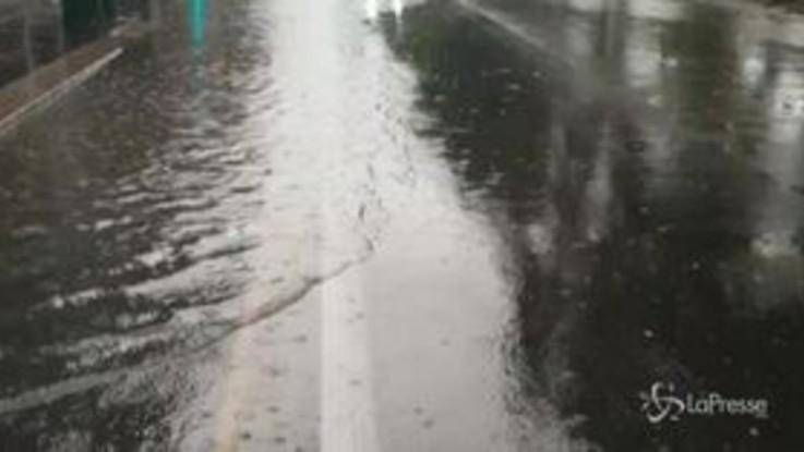 Maltempo, a Milano strade allagate: esonda il Seveso