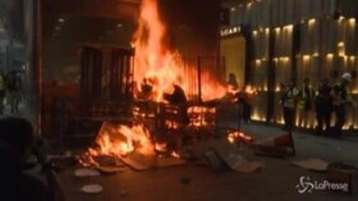 Proteste a Hong Kong, a fuoco le barricate dei manifestanti pro democrazia