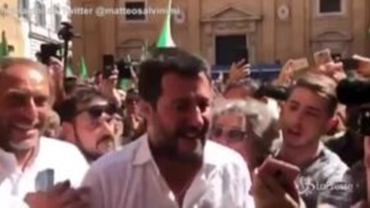 Governo, Salvini con Meloni in piazza contro Conte bis: applauso della folla