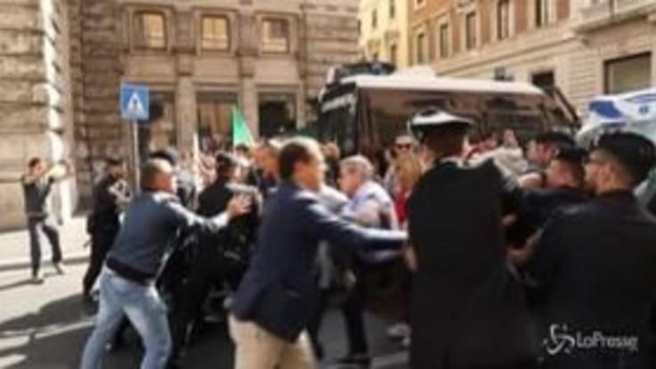 Conte alla Camera, tensioni vicino Montecitorio