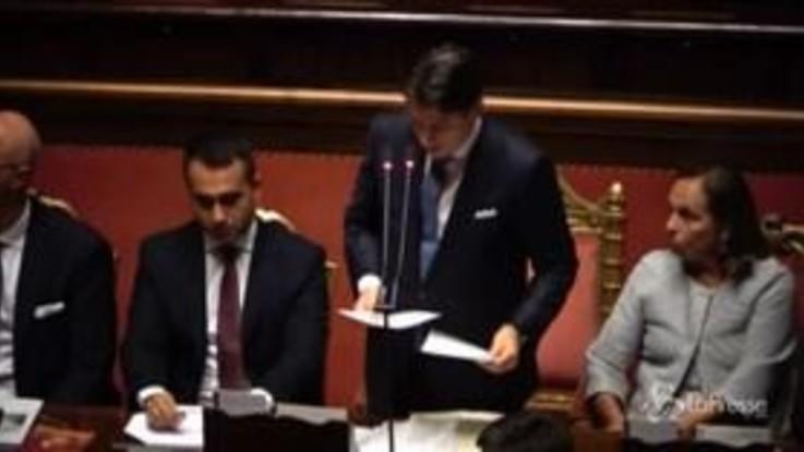 Senato, Conte parla di immigrazione: cartelli e cori dai banchi della Lega